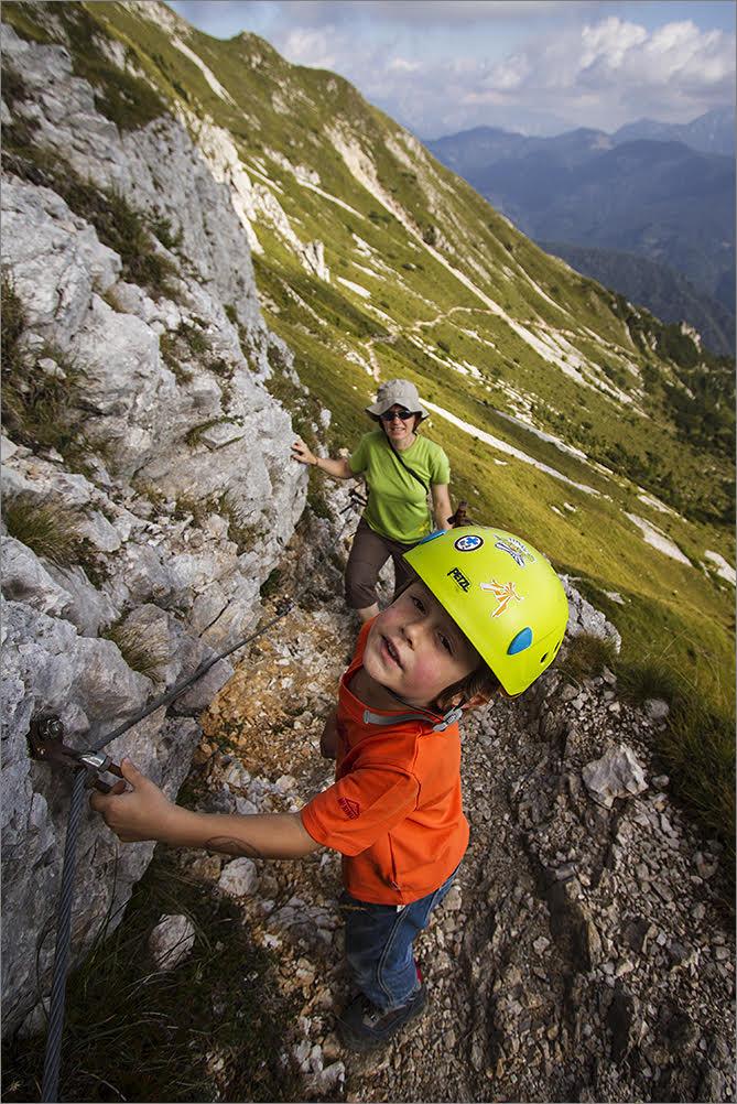 mały chłopiec i jego mama podczas wspinaczki w słoweńskich górach