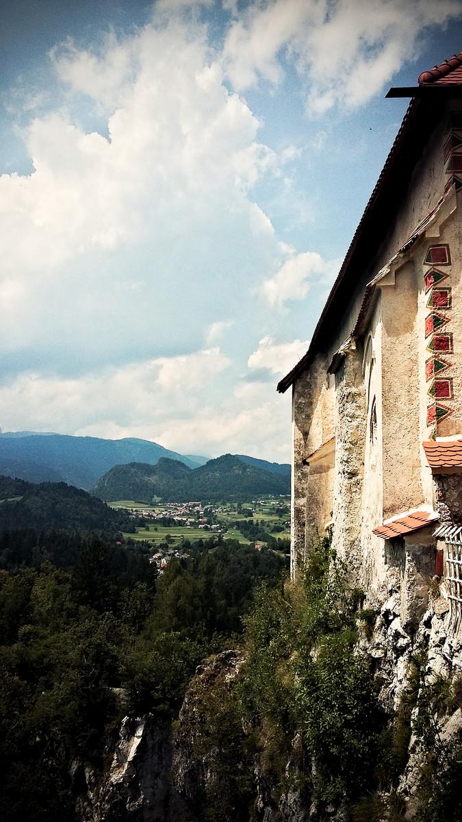 widok na krajobraz Bledu z perspektywy atrakcji turystycznej w Słowenii