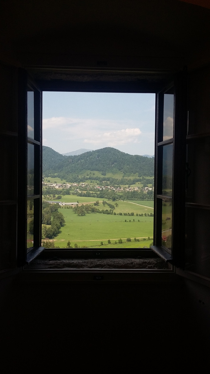 widok z okna hotelu na krajobraz Bledu w Słowenii