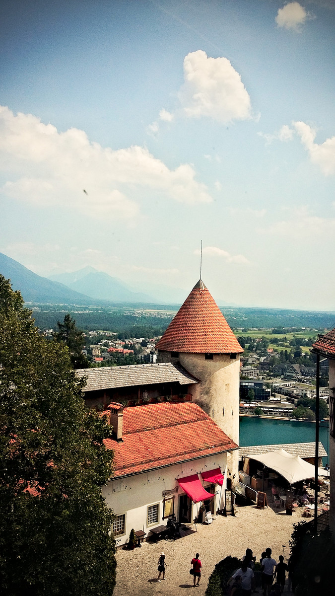 panorama Bledu widziana z dachu słoweńskiej atrakcji turystycznej