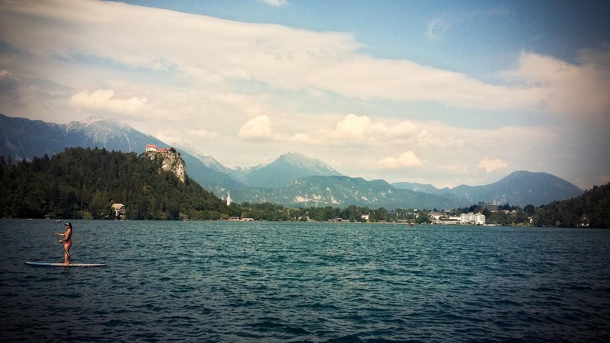 atrakcja turystyczna na wybrzeżu Jeziora Bled w Słowenii
