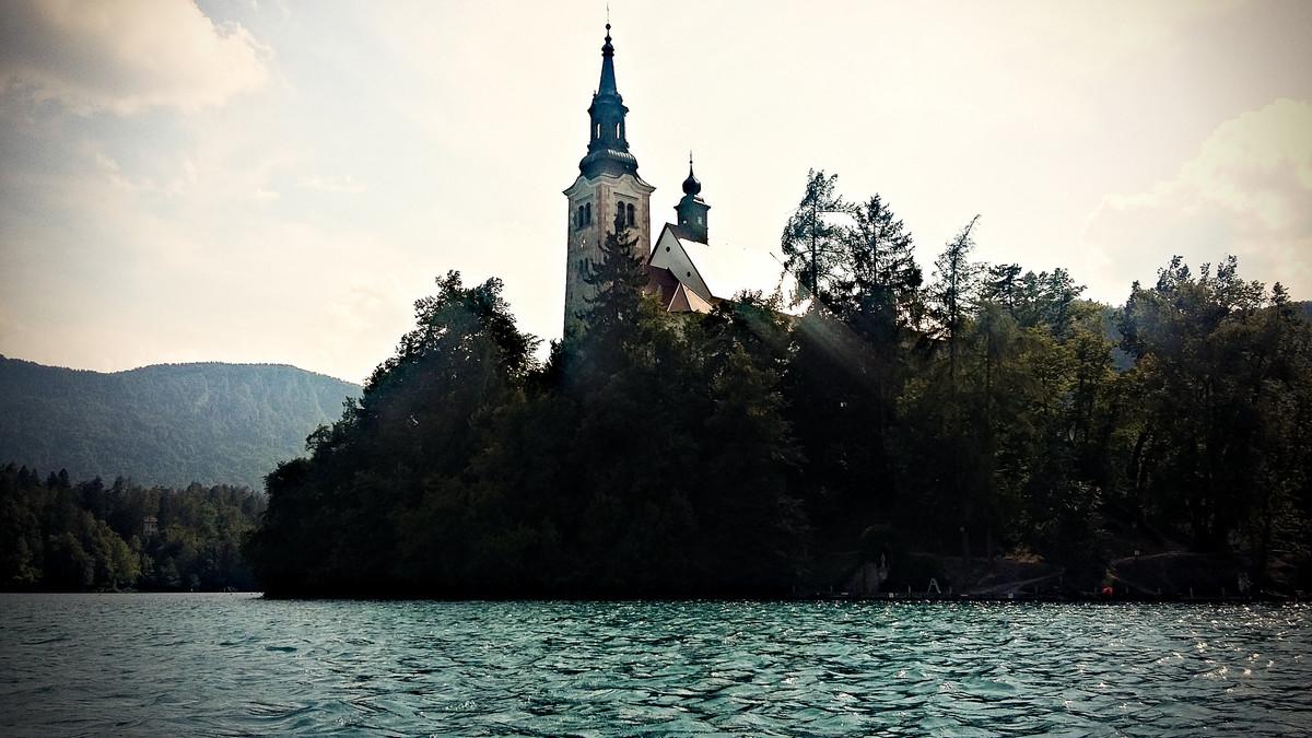 kościół na jeziorze Bled w Słowenii